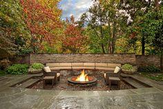 Terrasse jardin en pierre après la pluie