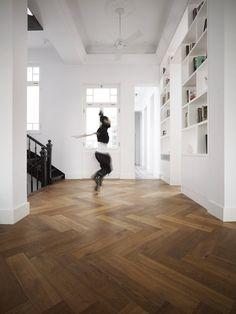 Wohnhaus in Athen by Dennebos flooring... Excellent.