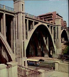 El Viaducto sobre la calle de Segovia, portada de la revista Villa de Madrid 1977.
