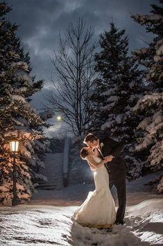 Inspiring snowy winter wedding ideas 21 Snowy Wedding, Lodge Wedding, Wedding Bells, Dream Wedding, Christmas Wedding, Winter Wedding Receptions, Winter Wedding Decorations, Winter Wedding Flowers, Winter Weddings
