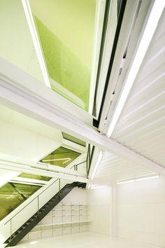Señala encima de la imagen para verla más grande - Vista del Interior, detalle.  Whitney Studio por Lot-Ek. Fotografía © Danny Bright.