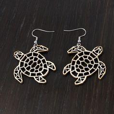 Kilpikonna vedessä -korvakorut Käy omasi tästä: Kilpikonna vedessä -korvakorut tuovat mieleen auringossa kimmeltävän meren! Korut sopivat täydellisesti lahjaksi persoonallista muotoilua rakastavalle henkilölle! Korvakorujen koko on 4 x 4 cm.  #samaskoru #design #korut Henna, Earrings, Jewelry, Design, Fashion, Ear Rings, Jewellery Making, Moda, Stud Earrings