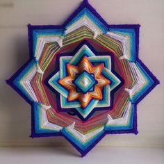 Ajna. Dit is de zesde Chakra (energiecentrum). De Chakra van intuïtie, bewuste waarneming van het leven, bewustzijn en gevoelige perseption van de manieren waarop het stroomt en de evolutie van de kennis die het geeft, zijn harmonie. Het vertegenwoordigt de kracht van intellect afgestemd op intuïtie. De mogelijkheid om te maken iets unieks, te formuleren, visualiseren, realiseren. Wijsheid, inspiratie, creativiteit. Wanneer ik begonnen met het maken van deze mandala, alles wat ik ging doen…
