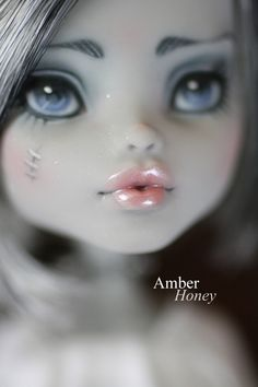 lip detail by ~Amber-Honey