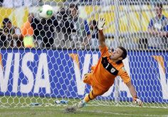 SAL63 SALVADOR DE BAHÍA (BRASIL), 30/06/2013.- El guardameta de la selección uruguaya Fernando Muslera no logra detener uno de los penalties durante el partido por el tercer y cuarto puesto de la Copa