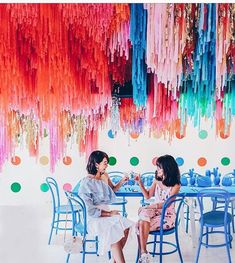 Hanging Ceiling Serious hanging ceiling decor CRUSH love it Pic credit lichipan Party Ceiling Decorations, Hang From Ceiling Decor, Streamer Decorations, Ceiling Hanging, Birthday Streamers, Party Streamers, Diy Party Designs, Ceiling Streamers, Ceiling Installation