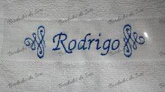 Toalha social Rodrigo. Arabescos laterais e nome na cor azul. Temos outras fontes de letras à sua escolha.Criação Bordados da Iuri.