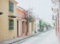 Relaxing in Cartagena Columbia | Quiet Streets of Cartagena Colombia | photography by http://www.sweetteaphotographybylisamarie.com/ | Entouriste