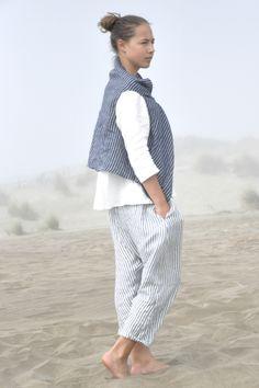 Veste drapée sans manches en lin rayures sombres, blouse manches 3/4 en lin blanc, sarouel en lin rayures claires