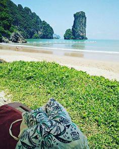 Laconicum Thai. Nos mandan esta foto desde la envidiable playa de Krabi, Tailandia. Si llevas de viaje alguna de tus bolsas Laconicum, mándanos una foto, etiquétanos y la compartiremos.   Gracias Ramón (@rpravia) por llevarnos de paseo por el mundo.