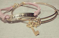 Combinaciones perfectas: pulsera con mensaje + pulsera de abalorios dorada