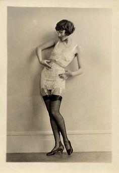 """Đồ lót với kích thước nhỏ cũng bắt đầu biến đổi sau Thế Chiến I để phù hợp với những bộ ngực lý tưởng là """"ngực phẳng"""" và phong trào đòi quyền của phụ nữ và sự bình đẳng đã tác động mạnh tới thời trang nữ giới"""