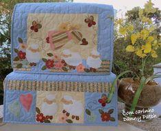 Capa para máquina de costura com aplicação em tecidos nacionais e importados, quilt livre, tapetinho com três bolsos. As cores e aplicações podem variar de acordo com seu gosto. R$ 176,24