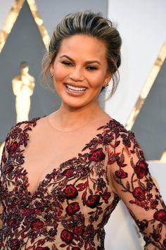 Pin for Later: Zoom Sur Tous les Beauty Looks des Oscars Chrissy Teigen