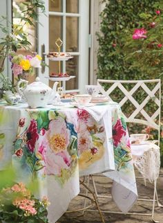 A Table for All Seasons: Ten Favorite Tablescapes - Victoria Magazine Victoria Magazine, Regal Design, Modern Design, Floral Tablecloth, Vintage Tablecloths, Backyard Seating, Boho Home, Spring Is Coming, Deco Table