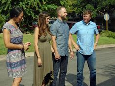 Chip and Joanna Gaines help a young couple transform a conventional brick house into a stylish home that's ideally suited for a new family and that, on the inside, effectively marries rustic and traditional styles. Jo Gaines, Joanne Gaines, Chip Und Joanna Gaines, Magnolia Joanna Gaines, Magnolia Farms, Magnolia Homes, Farmhouse Mirrors, Rustic Farmhouse, Fixer Upper Tv Show