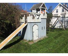 Lege/klatretårn, Legehus med  tårn og 2 gynger., Nypris ca