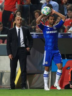 Roberto Di Matteo, caretaker manager of Chelsea looks on as Ashley Cole takes a throw-in. (©GettyImages)