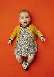 Leuke baby jurk van kidscase in heel donker groen met geel. Ook leuk met het gele jude vestje en de sokjes 😍