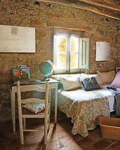 ................................................................................Esta masia, casa de labranza catalana de Girona, se ha remodelado respetando su antiguo estilo rustico que data del siglo XIV.