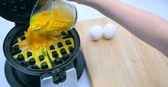 Έριξε ένα αυγό μέσα σε μια μηχανή για βάφλες. Δεν είχαμε καν την ιδέα ότι μπορεί να γίνει αυτό! | Τι λες τώρα;