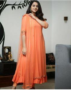 Party Wear Indian Dresses, Designer Party Wear Dresses, Indian Gowns Dresses, Indian Fashion Dresses, Kurti Designs Party Wear, Dress Indian Style, Indian Designer Outfits, Designer Wear, India Fashion