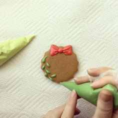 📽 This is my virtual Christmas card to my sweet Instagram friends! Give someone this cookie and you're guaranteed to get a kiss! 😘 #cookievideo #cookietutorial #cookiedecorating #cookieartist #cookieart #sugarart #christmascookie #mistletoe #cookielife