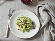 Courgettepasta met granaatappel en walnotencrumble Zucchini, Spaghetti, Veggies, Pasta, Favorite Recipes, Lunch, Vegan, Cooking, Ethnic Recipes