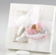 Detalles para bautizo. Imán niña bebé durmiendo sobre almohada. Se presenta en caja cuadrada con 5 peladillas de chocolate, lazo organza, y con tarjeta personalizada, nombre y fecha del evento. Medida imán: 5 x 3,5 cm