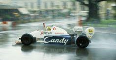 Será que ele venceria? Senna tinha mais ritmo do que Alain Prost no GP de Mônaco de 1984, mas a corrida foi interrompida antes que o brasileiro da Toleman pudesse desafiar o francês da McLaren. Senna terminou em segundo e conquistou seu primeiro pódio na F1, em sua sexta corrida na F1