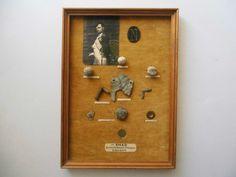 Original Funde VÖLKERSCHLACHT LEIPZIG NAPOLEON MUSKETENKUGEL, UNIFORMKNOPF, MÜNZE | eBay  (Gebot 30,83€ + 7,00 Versand in D) Sammlerstücke.Als Bild von fremder Hand aufwändig angefertigt. Gerahmt ca. 31 x 23 cm. Auf hellbraunem Samt befestigt: Abb. Napoleon (Druck), N (Napoleon) geprägte ovale Plakette (wohl Leder), Wäscheknopf (Kupfer), Trefferkugel u.a. Fundstücke der Völkerschlacht bei Leipzig, Oktober 1813.Größte Schlacht der Menschheitsgeschichte. Zustand der Objekte siehe Fotos.