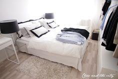 Makuuhuone ja sen mustavalkoinen petaus