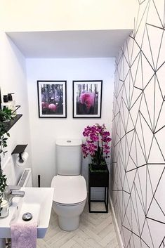 BATHROOM INSPIRATION*🌺✨ how gorgeous is bathroom/cloakroom, loving the hints of purple, a touch of colour makes such a difference! Small Toilet Decor, Small Downstairs Toilet, Toilet Room Decor, Small Toilet Room, Downstairs Cloakroom, Geometric Wallpaper White, Wallpaper Toilet, Bathroom Wallpaper, Bathroom Styling