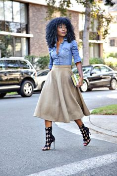 Fitted Denim Shirt + Quilted Midi Skirt I love this outfit, but I don't know if I could pull off this skit. Look Fashion, Daily Fashion, Autumn Fashion, Womens Fashion, Fashion Trends, Street Fashion, Fashion 2016, Fashion Outfits, Skirt Fashion