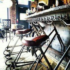 Bancos para bar feitos de bicicletas velhas