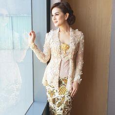 Elegant #kebayaoutfit By @astridtiar127 Kebaya Hijab, Kebaya Brokat, Dress Brokat, Batik Kebaya, Kebaya Dress, Kebaya Muslim, Batik Fashion, Ethnic Fashion, Model Rok Kebaya