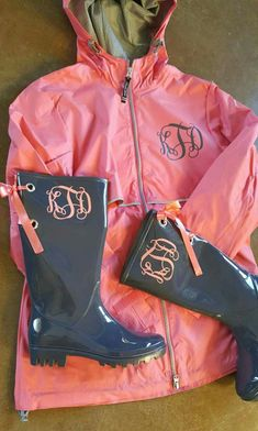 Charles River RainCoat with matching rainboots Monogram by Zindee. Have kim Cameron buy and monogram for me and do Vinal rain boots Adrette Outfits, Preppy Outfits, Fall Outfits, Southern Outfits, Preppy Mode, Preppy Style, My Style, Monogram Shirts, Monogram Clothing