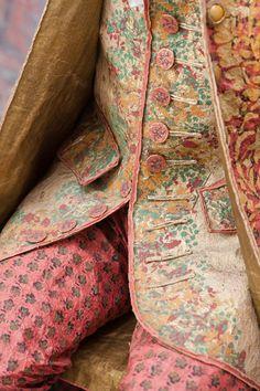 """© Andreas von Einsiedel """"Le Singe de la Mode"""", collection de costumes en papier par Isabelle de Borchgrave exposée en 2012 au Neues Palais à Potsdam en Allemagne. Sur le thème des 300 ans de Frédéric II."""