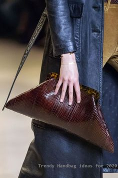 100 bags we've loved on the autumn/winter 2020 catwalks - bag trends Lakme Fashion Week, Spring Fashion Trends, Uk Fashion, Timeless Fashion, Paris Fashion, Dior Handbags, New Handbags, Vintage Handbags, Fashion Handbags