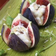Cheese-Stuffed Figs with Peppery Honey Port Syrup - Figos recheados de  cream cheese com pimentas, mel e vinho do Porto