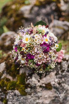 Ein Hochzeitsstrauß darf bei keiner Hochzeit fehlen, ob groß oder klein, bunt, einfarbig, mit Rosen, Nelken oder aus Trockenblumen. Lass dich inspirieren und finde deinen passenden Brautstrauß.   #brautstrauß #bridalbouquet #hochzeitsstrauß #blumenstrauß #hochzeitsinspiration #hochzeitsfotos #trockenblumen #pfingstrosen #hochzeitsfotografin #brautstrauss #weddingflowers Wedding Favors, Wedding Bouquets, Wedding Flowers, Wedding Day, Hydrangea Care, Hydrangea Flower, Spring Wildflowers, Wedding Guest Book Alternatives, Garden Wedding