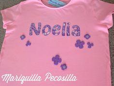 Camiseta para Noelia con su nombre y flores de fieltro.