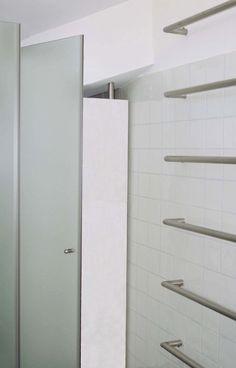 BAGNO PER UN LOFT:  un arredamento dal sapore vagamente modernista cela accorgimenti e funzioni in uno spazio di pochi metri. Progetto www.gariselliassociati.it