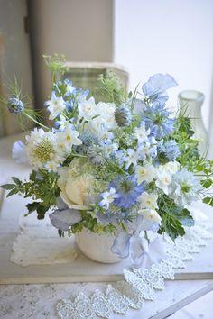 Table Flowers, Fresh Flowers, Beautiful Flowers, Ikebana, Wedding Bouquets, Wedding Flowers, Flower Arrangements Simple, Cascade Bouquet, Flower Aesthetic