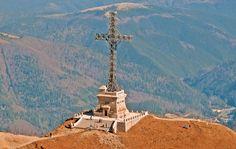 Crucea Eroilor Neamului de la baza Vârfului Caraiman a fost ridicată la iniţiativa Reginei Maria, între anii 1926 şi 1928 în memoria ostaşilor români căzuţi în Primul Război Mondial în luptele împotriva armatei germane pentru ocuparea Transilvaniei. Este ridicată la altitudinea de 2 291 m şi are o înălţime de 31 m, iar cele două braţe, câte 7,5 m.