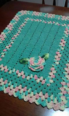 This Pin was discovered by Alice Tie. Crochet Table Mat, Crochet Mat, Crochet Cord, Crochet Carpet, Crochet Towel, Crochet Gratis, Crochet Squares, Crochet Blanket Patterns, Crochet Doilies