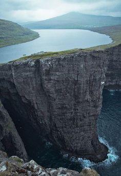 Faroe Adaları'da bulunan Sorvagsvatn</br></br>Faroe Adaları'nın en büyük gölü olan Sorvagsvatn, çevrede yaşayan kişiler için balıkçılık konusunda önemli olanaklar sunuyor.