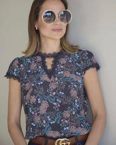 Blusa crepe print lace R$129,00 Tam P(38) M(40) G(42) ▶️Compras pelo site www.sibellemodas.com.br✔️ ▶️Aceitamos todos os cartões de crédito ▶️Cartão de crédito  06x sem juros Paypal ou 04 x sem juros Pagseguro ▶️Desconto a vista 8% (Depósito ou Transf) ▶️Whatsapp para dúvidas Renata (11)961837847 ▶️Frete Grátis acima R$350,00 Blouse And Skirt, Classic Outfits, Fashion Outfits, Womens Fashion, Casual Tops, Street Style Women, Fashion Details, Blouse Designs, Ideias Fashion