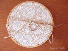 Diy Porta Aliança de Bastidor Ring Holder Wedding, Ring Pillow Wedding, Wedding Rings, Handmade Wedding, Diy Wedding, Wedding Day, Family Wall, Wedding Accessories, Wedding Planner