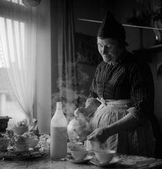 Vrouw in huiselijke klederdracht, Volendam (1950-1960) fotograaf: Oorthuys, Cas #NoordHolland #Volendam